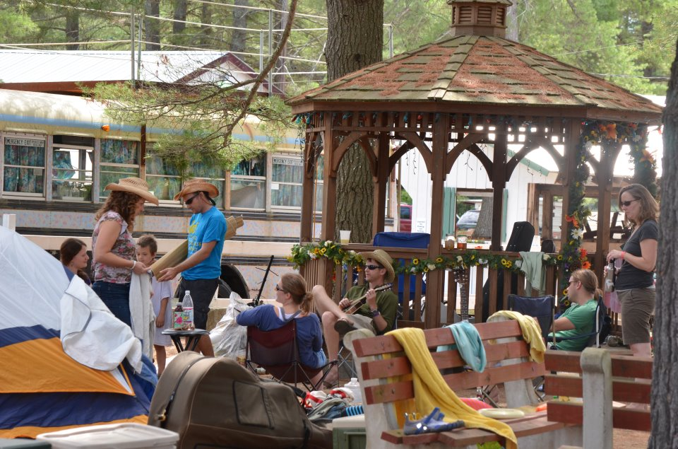 crowd pickin in gazebo